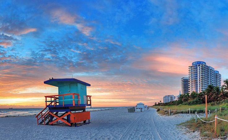 South Beach es uno de los puntos calientes para todos los turistas que visitan Miami. La escena hace honor al estereotipo de Miami Beach; surfistas intentando coger olas en un mar de color turquesa patinadores y patinadoras deslizándose por Ocean Drive modelos luciendo sus cuerpos esculturales en la playa famosos entrando y saliendo de los clubes más exclusivos tiendas de diseño y discotecas abiertas hasta el amanecer... Este conjunto de atractivos hace de South Beach un lugar perfecto dónde…