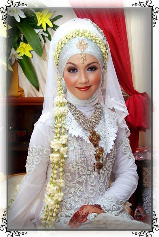 Pilihan Terbaru Baju Pengantin Muslim Terkini !! - Sangat wajar memang untuk dilakukan oleh pasangan pengantin ini, karena agar saat hari perinkahan calon me...