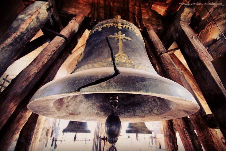 """Cuenta la leyenda que el sonido de las campanas llegó al cielo; San Pedro creyó que venía de su iglesia de Roma pero cuando vio que no era ese el caso sino que en Toledo estaba la campana más grande de todas se enfadó y arrojó una de sus llaves contra la campana rajándola como puede verse todavía. Quién escribió esta breve leyenda?: Hans Christian Andersen. El autor de célebres cuentos como """"La sirenita"""" """"El patito feo"""" y otros muchos en los que se """"inspira"""" la gran maquinaria industrial de…"""