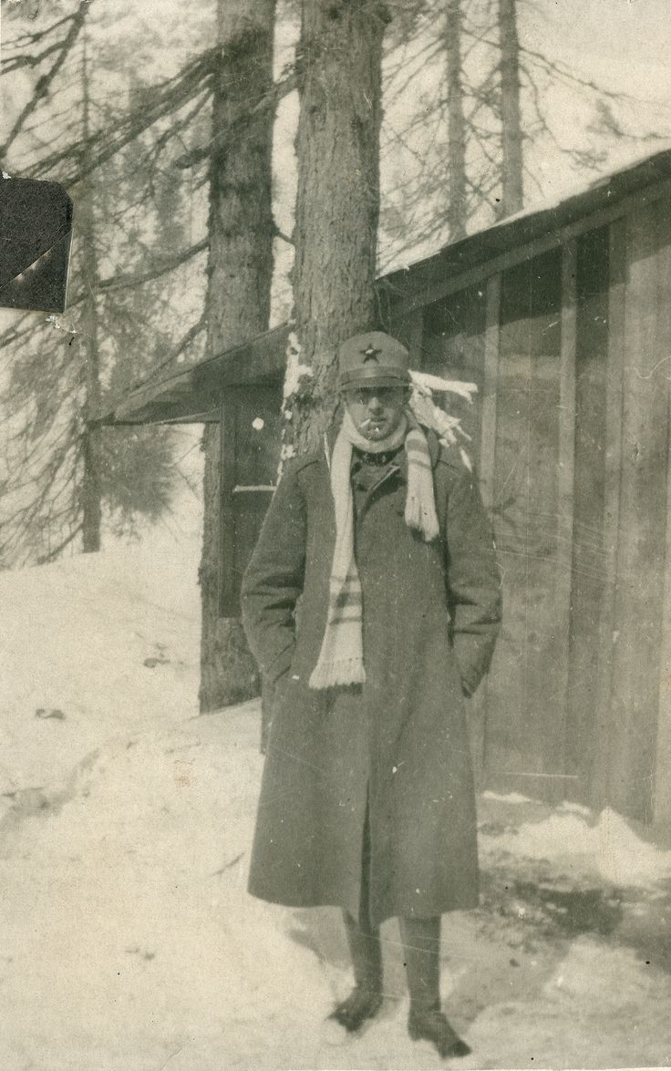 Mi diressi spedita alla busta che io stessa avevo confezionato. Le foto si sparpagliarono sulla scrivania. Ecco Sasà che si accende la sigaretta. E ancora, Sasà infagottato sul Piave nell'inverno del 1917, con una sigaretta in bocca, il cappello calcato fino al naso, una sciarpa bianca e una faccia scocciata.