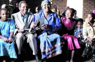 Bíblia traduzida para o dialeto elhomwe alegra cristãos africanos