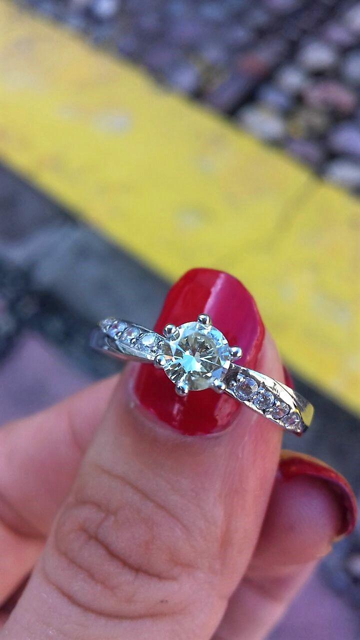 Anillo de compromiso en oro blanco de 14 kilates en el centro tiene un diamante natural de  0.40 ctw color H, claridad VS2 -SI1 Peso total de la pieza 2.3 gramos en su banda tiene montados 8 simulantes de diamante 4 por cada lado.   Precio : Antes $46,200 AHORA $33,264  *Disponible de talla 4 a 10. *Garantía de por vida *Certificado de autenticidad *Diamante incluido *Incluye caja y empaque de nuestra marca *Envíos 100% asegurados