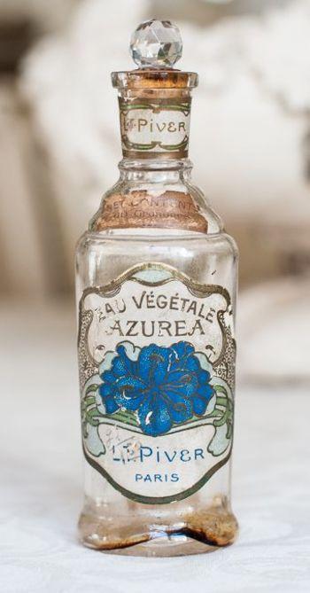 コルクのふたとラベルがヴィンテージを感じさせる香水ボトル。シンプルなボトルだけど、ラベルデザインやさりげないふたのクリスタルボールがいい味を出しています。ガラス球やビーチの砂を入れて飾ってもかわいいですね。