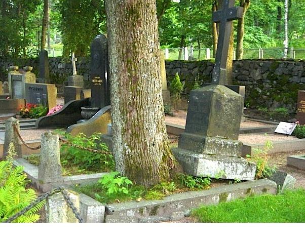Nature is strongly against Yin Feng Shui.  Hietaniemi cemetery, Helsinki, Finland.  Photo by Kristiina Mäntynen.