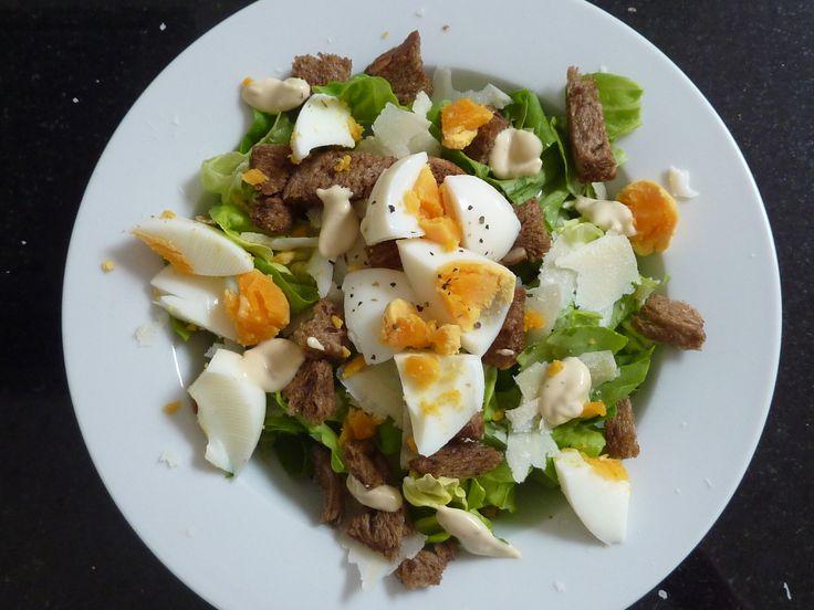 Caesar salade. Kropsla, ei (8 min. gekookt), oude of parmezaanse kaas, zelfgemaakte croutons, caesar dressing.
