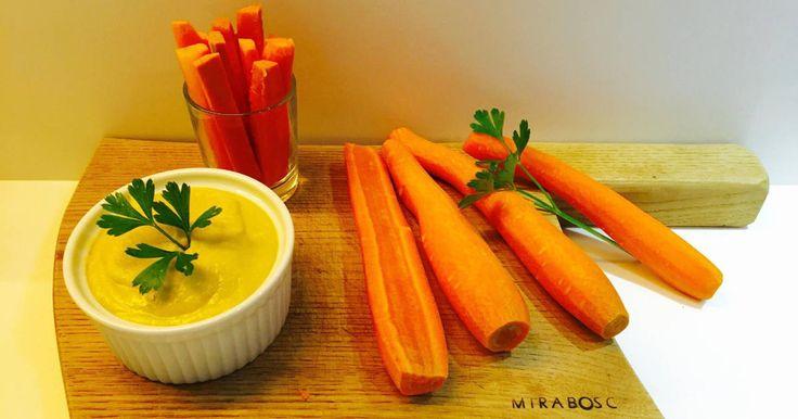 Fabulosa receta para Hummus. Nuestra receta de hummus de garbanzos con palitos de zanahoria que dimos a probar en una distribución en Mercantic: un entrante o aperitivo súper saludable y facilísimo de preparar que suele gustar a todos los paladares.