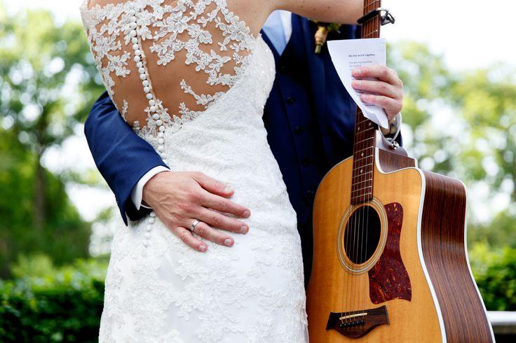 Een zelfgeschreven liedje door de bruidegom, voor de bruid. | Bruiloft door de Kievit Bruiloften Bruidsfotografie
