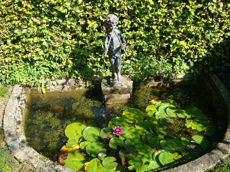 Havezathe Brecklenkamp,  kleine vijver met een beeldje  in de tuin