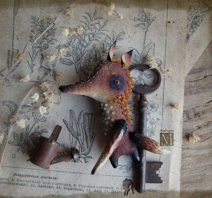 Лиска Брошчатая, семейства Рыже-Бестыжиковых.   Около 8×5 см. Текстиль, акрил, стеклянный глаз ручной работы.   The Fox-brooch.   #мандрагорины_брошки #мандрагоринычудовища #грунтованныйтекстиль #брошь #брошка #украшение #аксессуар #текстильнаяброшь #mandragora #mandragora_root #brooch #fox
