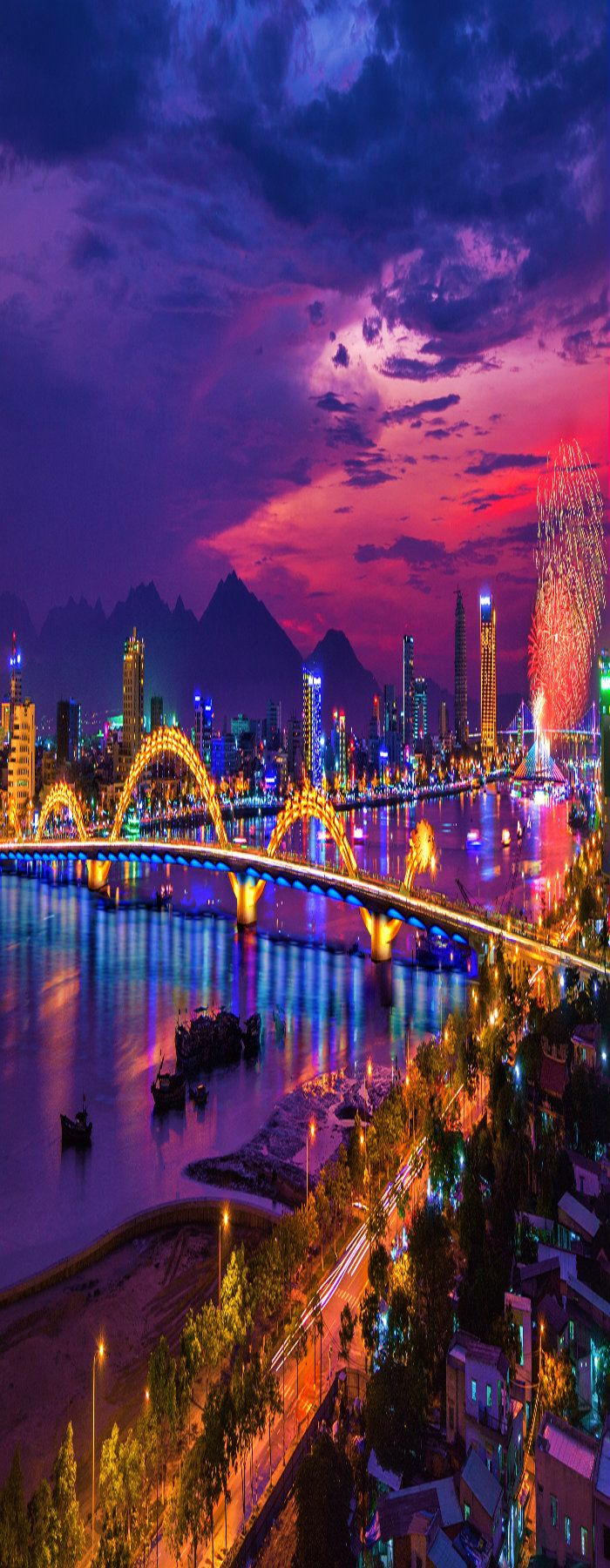 The Dragon Bridge is a bridge over the River Hàn in Da Nang, Vietnam. Main span was completed on October 26, 2012. The bridge was opened to traffic on March 29, 2013, the 38th anniversary of the liberation of Da Nang City. (P)