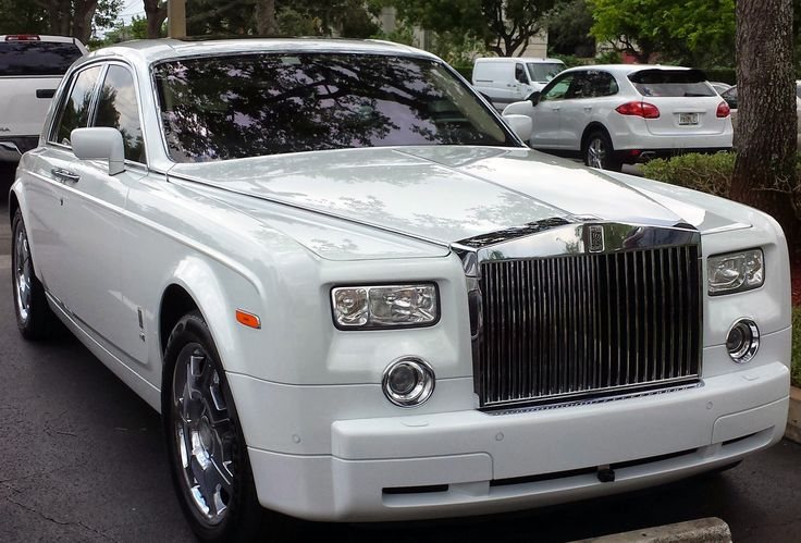 Check out this sleek classy Rolls Royce Phantom Coupe we saw at Costco. This car costs, well over $450,000, at that price, you can see why the owner has to save money on groceries!  #rolls #rollsroyce #rollsroycephantom #rollsroyceghost #phantom #luxurycar #costco #costcowholesale