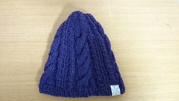 シンプルなケーブル編みのニット帽です。ツイードの毛糸を使用しています。色は紫に近いブルーです。とっても落ち着いている色とデザインなので、アウトドアだけでなく普... ハンドメイド、手作り、手仕事品の通販・販売・購入ならCreema。