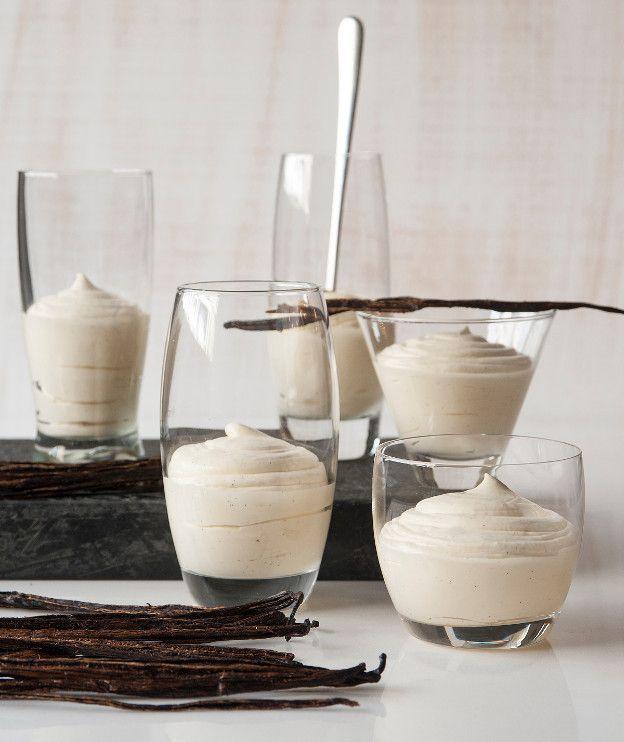 ΚΡΕΜΑ ΒΑΝΙΛΙΑ ΜΕ ΛΕΥΚΗ ΣΟΚΟΛΑΤΑ 500 γρ. κρέμα γάλακτος με 35%-36% λιπαρά 6 κρόκοι αυγών 80 γρ. ζάχαρη 1 κλωναράκι βανίλιας, σχισμένο κατά μήκος στη μέση 150 γρ. λευκή σοκολάτα, τεμαχισμένη σε μικρά κομμάτια