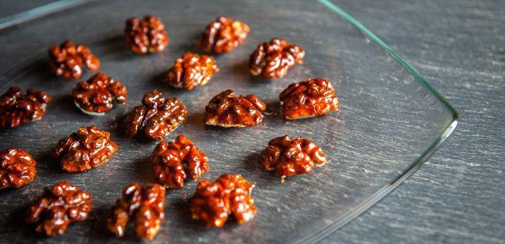 Noci caramellate al sale. Per leggere la ricetta:  http://mybusiness.bormioliroccocasa.it/mybusiness/it/home/Idee-e-Consigli/happy-hour/noci-caramellate.html