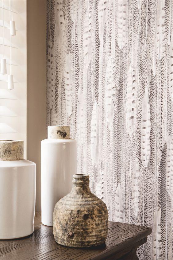 Behang dat leeft. Veren print in diverse kleuren. www.de-huiskamer.nl