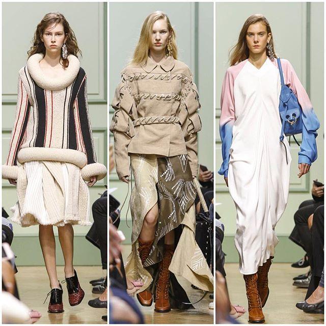 Volumes estratégicos, recortes assimétricos, silhuetas desabadas e muito linho dão o tom do verão da @jw_anderson, um dos nomes fortes do lineup da semana de moda londrina pilotado por @jonathan.anderson, que também é diretor criativo da espanhola Loewe. Vogue amou os vestidos mídi de manga longa com efeito tie dye e os pullovers volumosos. (Via @vicceridono, @yasminesterea e @pedrosales_1) #voguenalfw