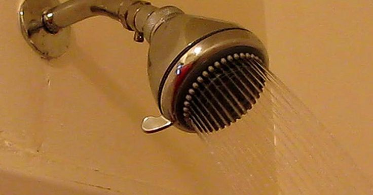 """¿Qué causa gusanos diminutos en los azulejos de la ducha?. Los pequeños """"gusanos"""" que se encuentran en los desagües de la ducha y en baldosas, probablemente ni siquiera sean gusanos, sino larvas de mosca de drenaje o de polilla. Éstas pueden ser de color marrón o negro, y si haces una inspección de más cerca notarás que son pálidas en el centro y más oscuras en las puntas."""