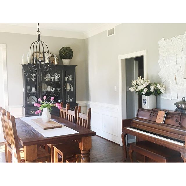 I was tagged by @truelockequalstruelove for #widn & #mysundayroundup with this past week being spring break & us getting our floors refinished this was the only thing I did---get our dining room back in order & style the piano. @lifeontheshadygrove @four.thirteen have y'all shared?!? #southernfarmhousedesigns #SFDhome #farmhousestyle #diningroom #interiordesign #interiorstyling #milkglass #tulips #piano #houstoninteriordecorator
