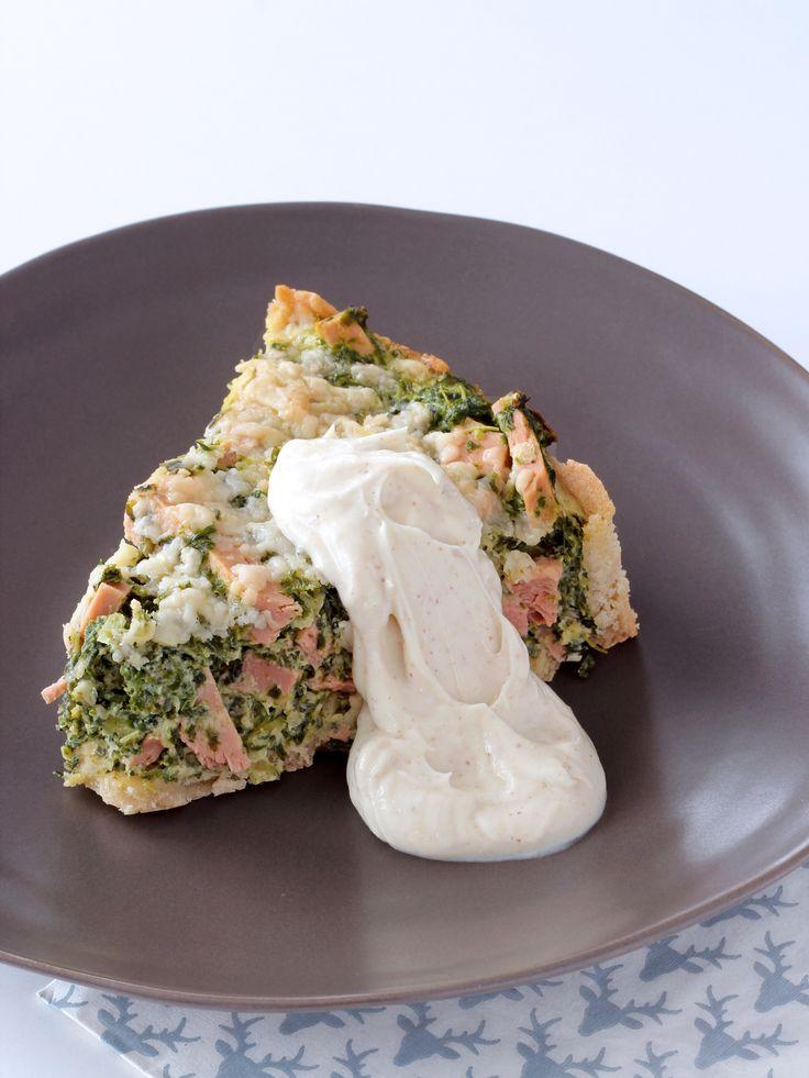 Paj på julskinka och grönkål, serverad med senapskräm.  Paj with ham and kale, served with a mustard cream.