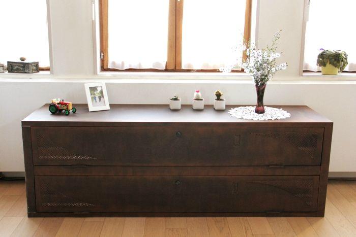 Painting with a rusty effect.  Cabinet lying on the ground: perfect idea. // Une peinture effet rouillé et une armoire couchée sur le sol : idée géniale.