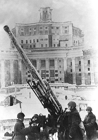 Moscow during the war, in the most severe in 1941 when Nazi troops were at the most approaches Anti-aircraft battery in front of the Theatre of the Soviet Army