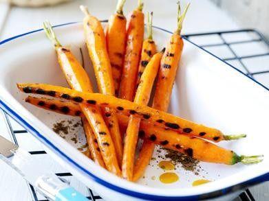 Gegrilde worteltjes met ui-crumble en sinaasvinaigrette recept || olijfolie, sinaasappels, zahtar kruidenmix, wortelen, uien