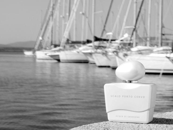 Essenza femminile, sensuale, cipriata e fruttata... Scalo Porto Cervo Woman rievoca l'arrivo negli esclusivi porti del mediterraneo, in piccoli moli che accoglievano grandi ed elegantissime barche a vela rifinite in legni pregiati.