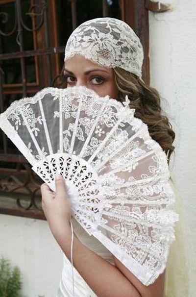 Románticos abanicos como complementos para novias