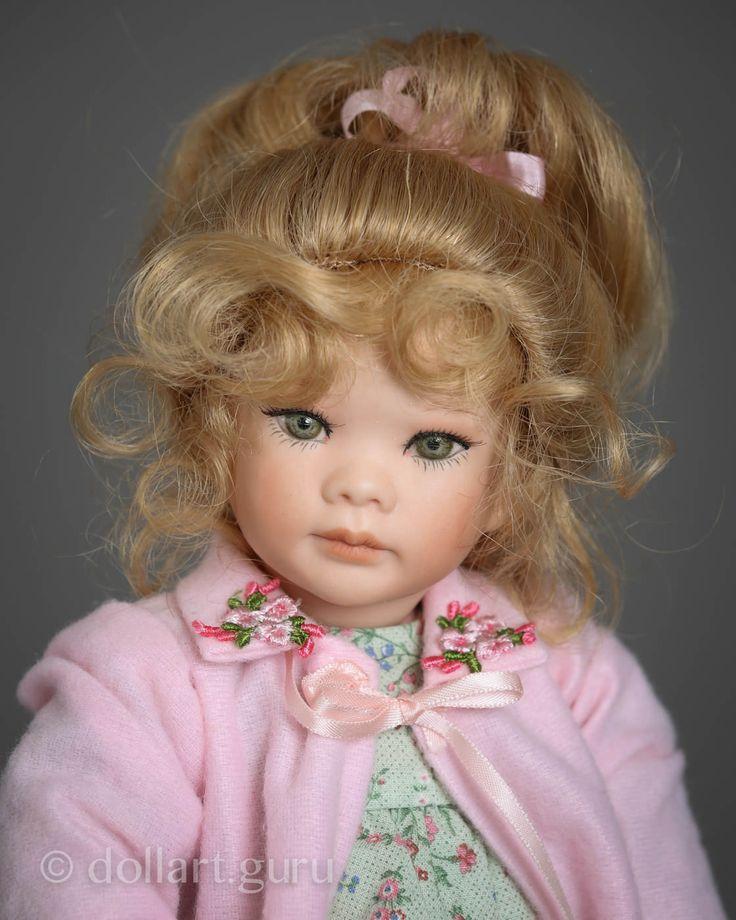 Кукла создана в единственном экземпляре знаменитой талантливой художницей из США в 1997 году в ее студии Linda Steele Originals Dolls & Designs. Кукла входит в композицию «Storytime», созданную для аукциона ежегодной международной выставки IDEX 1997. Куколка выполнена из высочайшего качества фарфора, нежного и гладкого на ощупь, имеет текстильное туловище. При создании фарфоровых кукол Линда Стил добивалась баланса, чтобы они стояли самостоятельно, но тем не менее автор рекомендует…