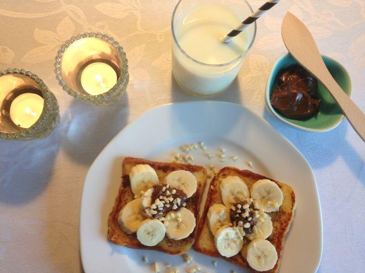 Arme riddere. Arme riddere vendt i mælk, stegt på en pande med smør og pyntet med stykker af banan, Nutella og mandler. En lækker morgenmad eller dessert.