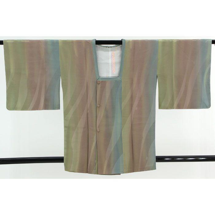 灰緑や茶、緑色のぼかし地に、流れるような地模様が入っています。 羽裏は白地にベージュや青、緑の縦縞に花柄が入った綺麗な柄です。 優しく綺麗な色合いのぼかしが素敵なコートです。  【楽天市場】道行コート(オーロラぼかし) 灰緑×茶×緑でぼかしと流れる地模様 【中古】【リサイクル着物・リサイクルきもの・アンティーク着物・中古着物】:ビスコンティ&きもの忠右衛門