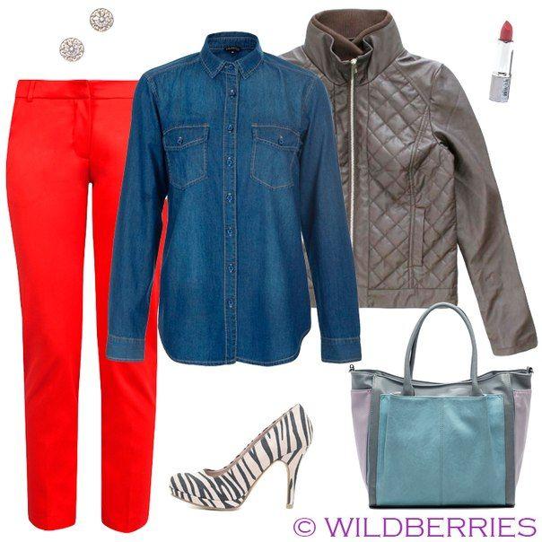 Красные брюки, джинсовая рубашка, серая сумка, туфли с принтом