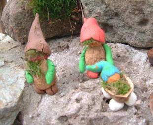 Basteln mit Kindern - Ideen für Draußen: Die kleinen Waldwichtel aus Knetgummi sind schöne Verzierungen für den Garten. Für die Wichtel brauchen Sie Knetgummi, Walnüsse und Moos.