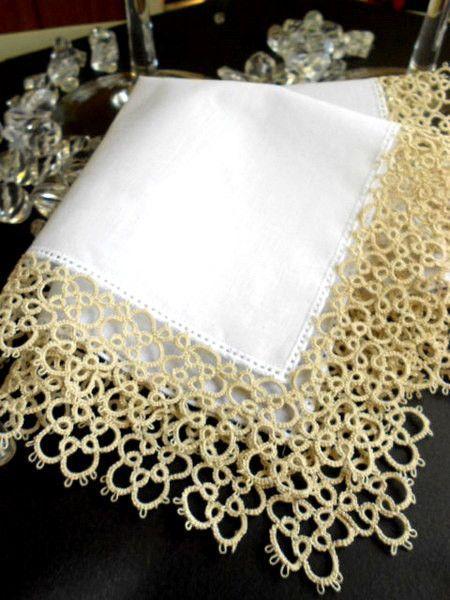 白無地のハンカチ:24.5x24.5cm  縁飾りの幅:約3.2cm  使用糸はAnchor Crochetの60号 ベージュ(濃い目でアンテイーク調) 落ち...|ハンドメイド、手作り、手仕事品の通販・販売・購入ならCreema。