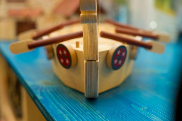 Su una nave giocattolo in legno possiamo immaginare di essere vichinghi e di remare per ore e ore tra i freddi mari del nord. Trovi la nave dei vichinghi in legno su http://www.giochiecologici.it/p/351/nave-vichinga