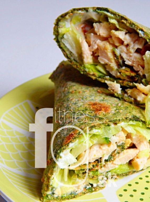 Plněný špenátový wrap kuřecími prsami a zeleninou