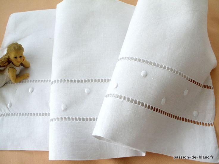 LINGE ANCIEN /Joli petit drap de bébé brodé main sur toile de lin fin
