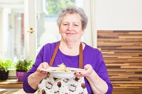 Babička předvedla vynikající cibulovou polévku