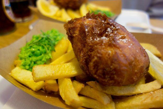 Fish and chips et mushy peas au restaurant le Sunken Chip à Paris 10 #food #france #fishandchips #britain #uk #unitedkingdom #food #paris #mushypeas