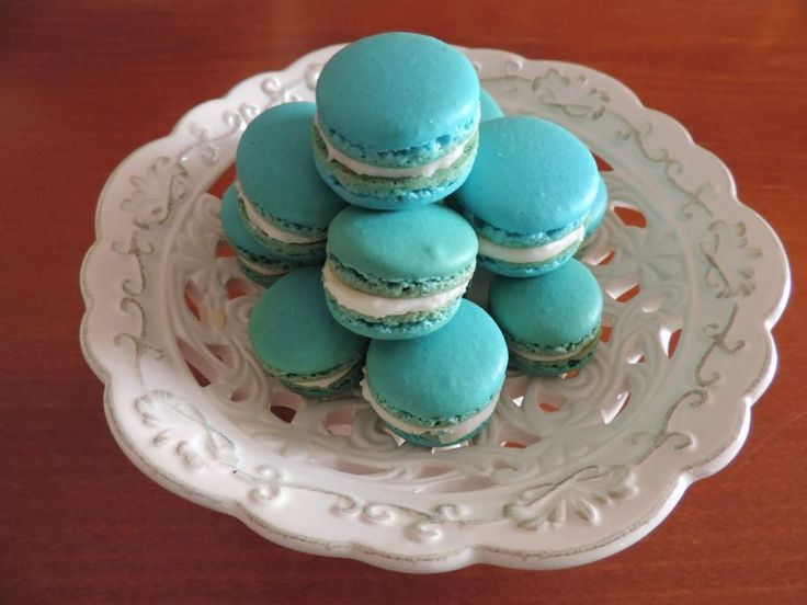 I Macarons sono dei dolcetti francesi gustosi e raffinati, ottenuti da un composto d'albume, mandorle e zucchero. Con l'ausilio di coloranti alimentari si ottengono infinite colorazioni e vari gusti. Deliziatevi con questa ricetta ! By OuiChef !