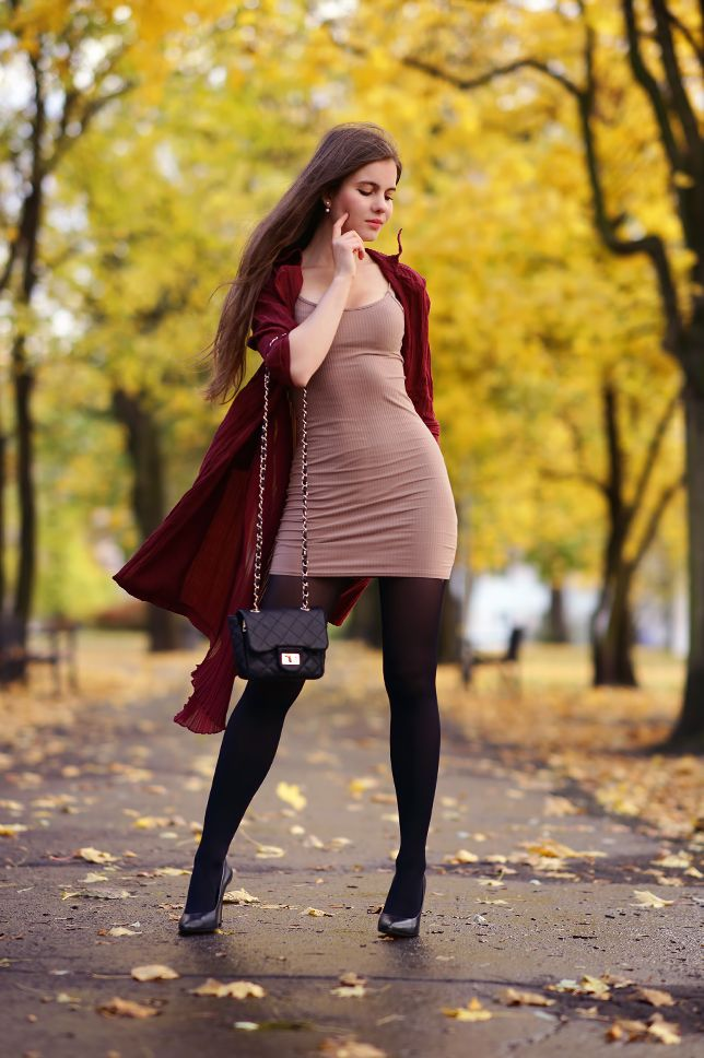 ...help! I have nothing to wear! - kobiecy blog o modzie / by Ari_Maj: Bordowy długi płaszcz, obcisła beżowa sukienka, czarne rajstopy i szpilki z czubkiem