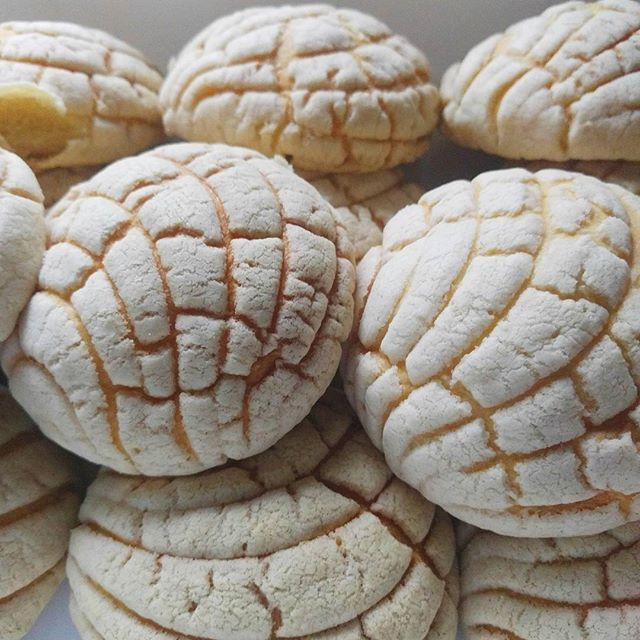 Early morning conchas!  Check out the process in my stories and visit my blog for the recipe. -- #pandulce #pandulcemexicano #conchas #conchitas #pandulcerecipe #conchasrecipe#sweetbread #mexicanbread #recipe #mexicanbreakfast