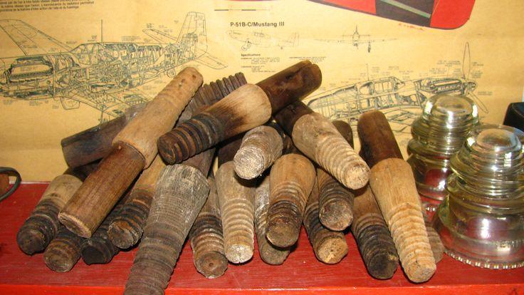 Pins Antigos de Madeira para Isoladores. www.8oito8.com
