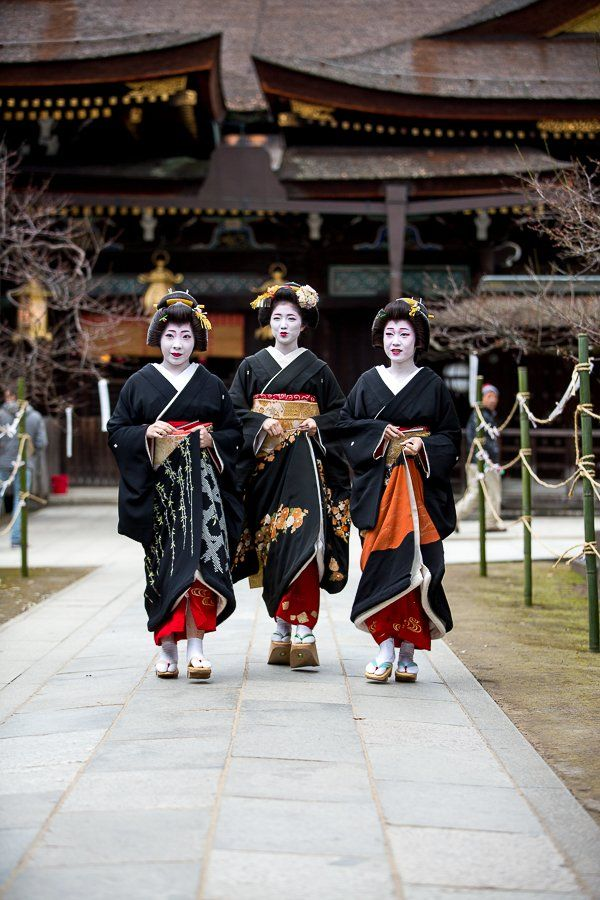 January 2017: Geiko Katsuya, Maiko Katsuna and Geiko Katsune (Daimonji Okiya) of Kamishichiken during Shin Aisatsu. Source: 森 康信 on Twitter