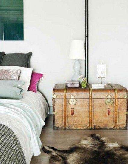 Vecchio baule recuperato - Baule color panna come idea per comodini fai da te per la camera da letto.