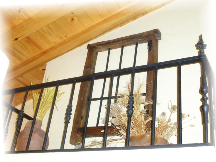 Detalle decorativo en la casa rural La Nogala I, Cortos de la Sierra.(Salamanca) .Balconcillo de hierro, ventana antigua recuperada, cántaro y cangilón).