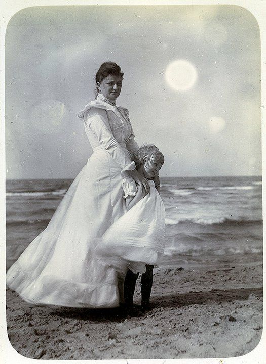 Кранц – Зеленоградск. Портрет женщины с девочкой.