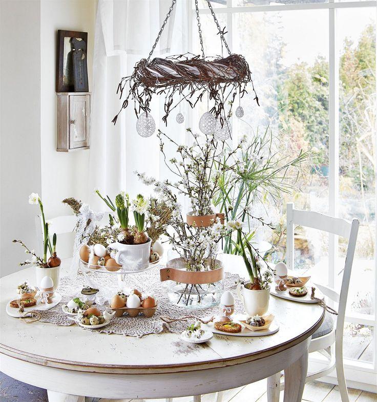 Velikonočně prostřený stůl laděný do přírodních tónů za pomoci přírodních materiálů se neomrzí.