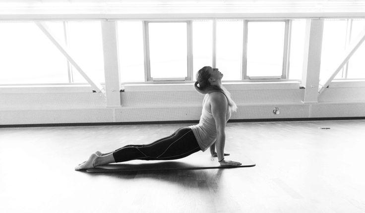 Yoga – Warum überhaupt?  Wie immer die wichtigste Frage, wenn man etwas Neues macht. Meine Yoga Übungen für Zuhause mache ich einfach als Ausgleich. Ich trainiere sehr intensiv und hart. Training bedeutet für den Körper auch Stress und durch meine ganzen Reisen ist bei mir auch beruflich und privat sehr viel los. Ich glaube ich habe schon erwähnt, dass ich Stress absolut nicht mag und immer mein Bestes gebe, damit ich mein Stresslevel senken kann.