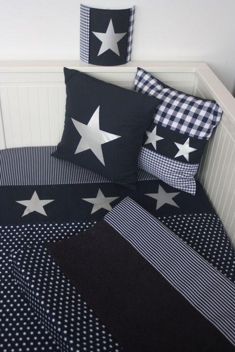 Set babykamer donkerblauw - zilver: wandlamp, kussen, aankleedkussenhoes en dekenovertrek. Gemaakt naar jouw wensen door het Koningshuisje